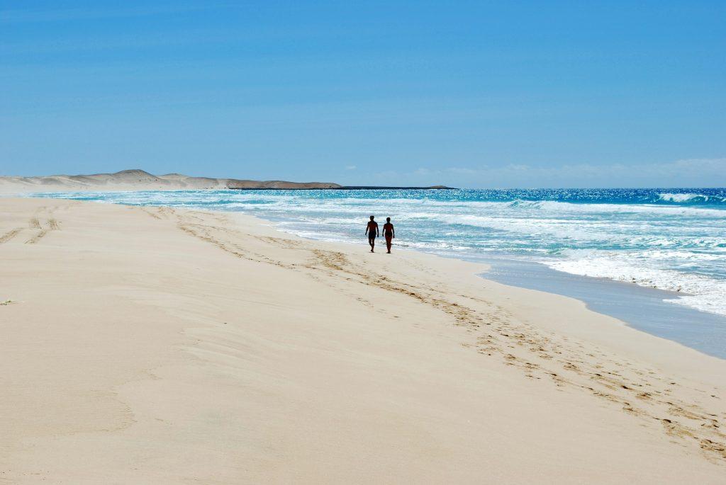 Kapverden Corona: Strandspaziergang ohne Maske