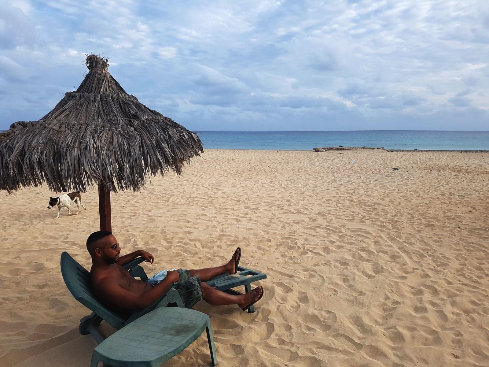 Relaxen am Strand von Santa Maria auf Sal