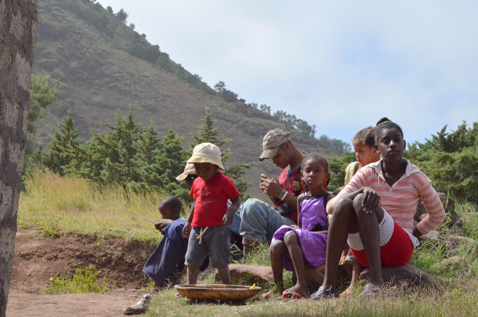 Kapverdianer machen Rast am Rande des Weges in Santo Antao