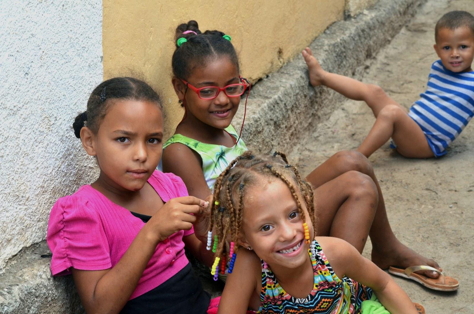 Kapverdische Kinder beim Pflechten der Haare