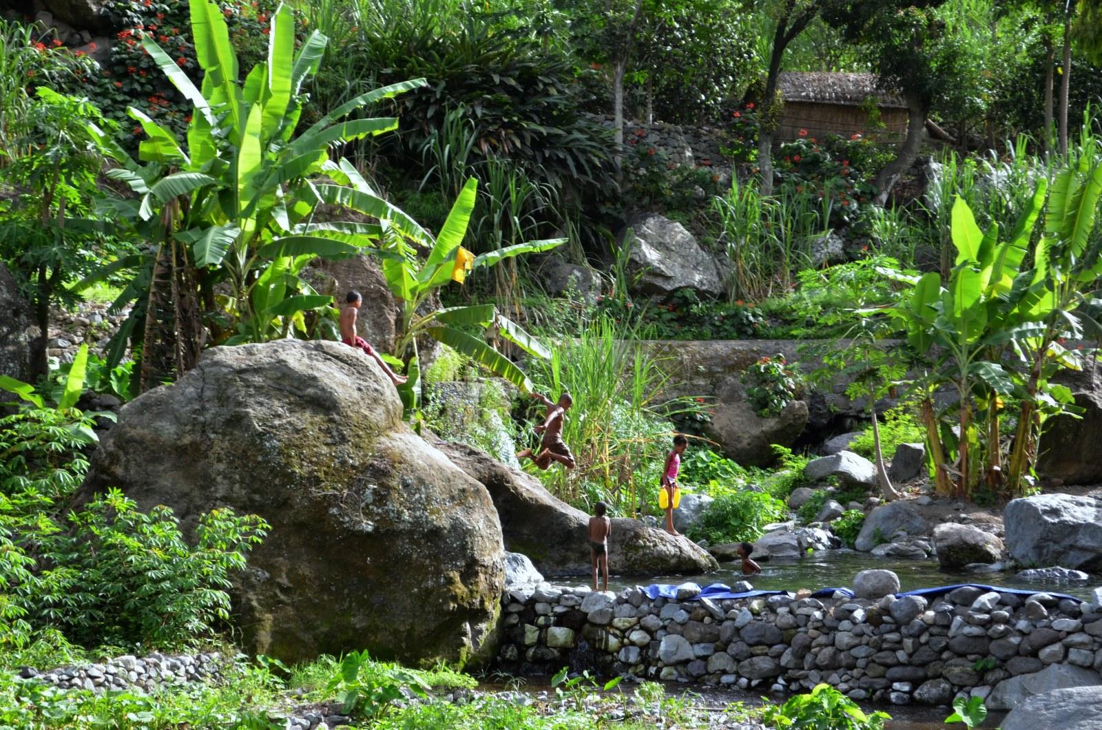 Kinder vergnügen sich im Süßwasseer Becken auf Santo Antao